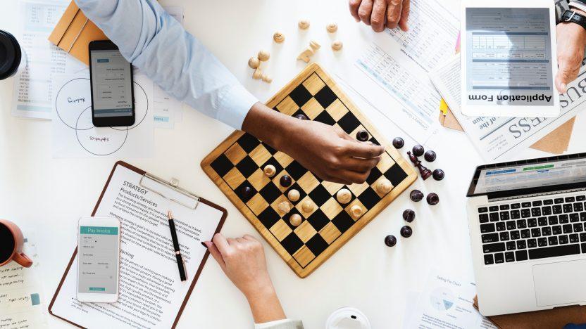 Auf dem Bild ist ein Schachbrett als Symbol fürKommunikationsstrategie
