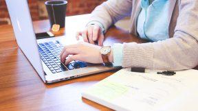 Eine Frau sucht am Laptop nach Webinaren
