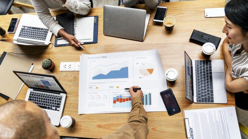 Führungspersonen überlegen sich Konzepte, wie Sie Ihre Mitarbeiter/-innen in die Digitalisierung mitnehmen.