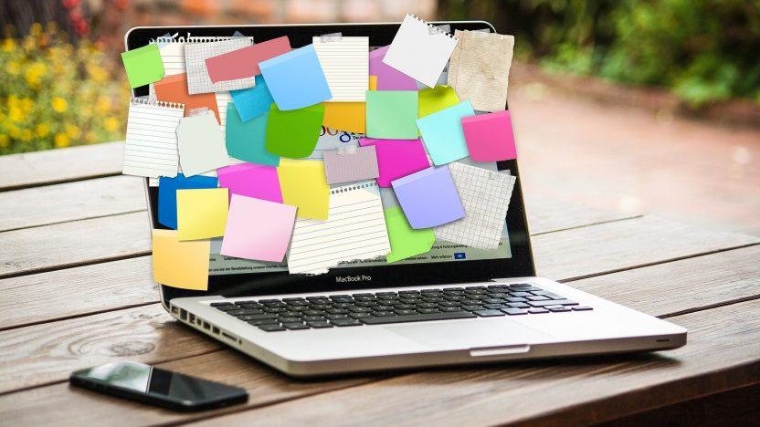 Laptop mit Postits steht auf einem Tisch. Symbol für Onlinekommunikation