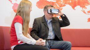 Ein Mann schaut durch eine VR-Brille im DER Concept Store in Berlin
