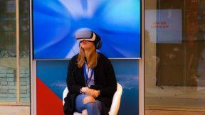 Eine Frau testet eine Oculus Rift Virtual Reality Brille.