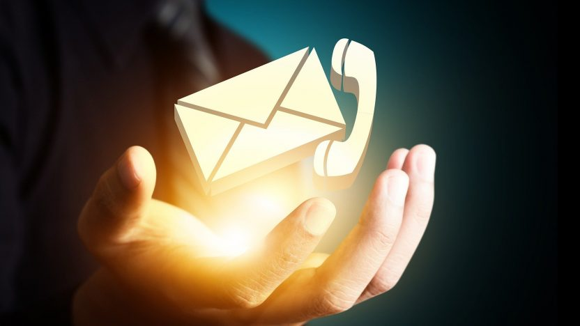 Eine Hand bietet an Kontakt zu halten. Sie hält symbolisch ein virtuelles Briefkuvert und einen Telefonhörer in der goldenen Handfläche.