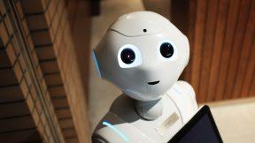 Ein Roboter als Hotel-Concierge steht im Hotel Flur.