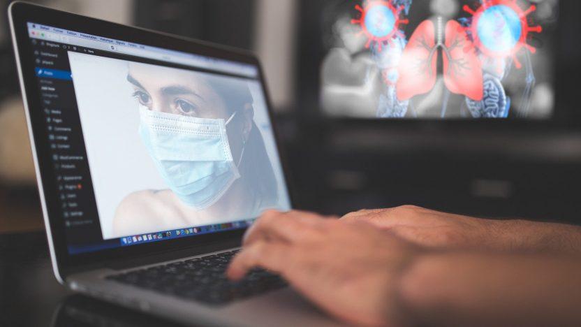 Ein Mann informiert sich am PC über das Coronavirus
