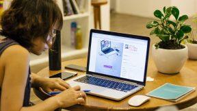 Eine Frau arbeitet am Laptop von zu Hause.