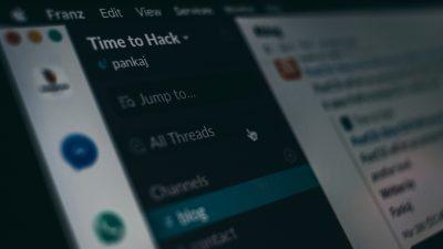 Ausschnitt aus dem Messenger-Tool Slack auf einem Laptop.