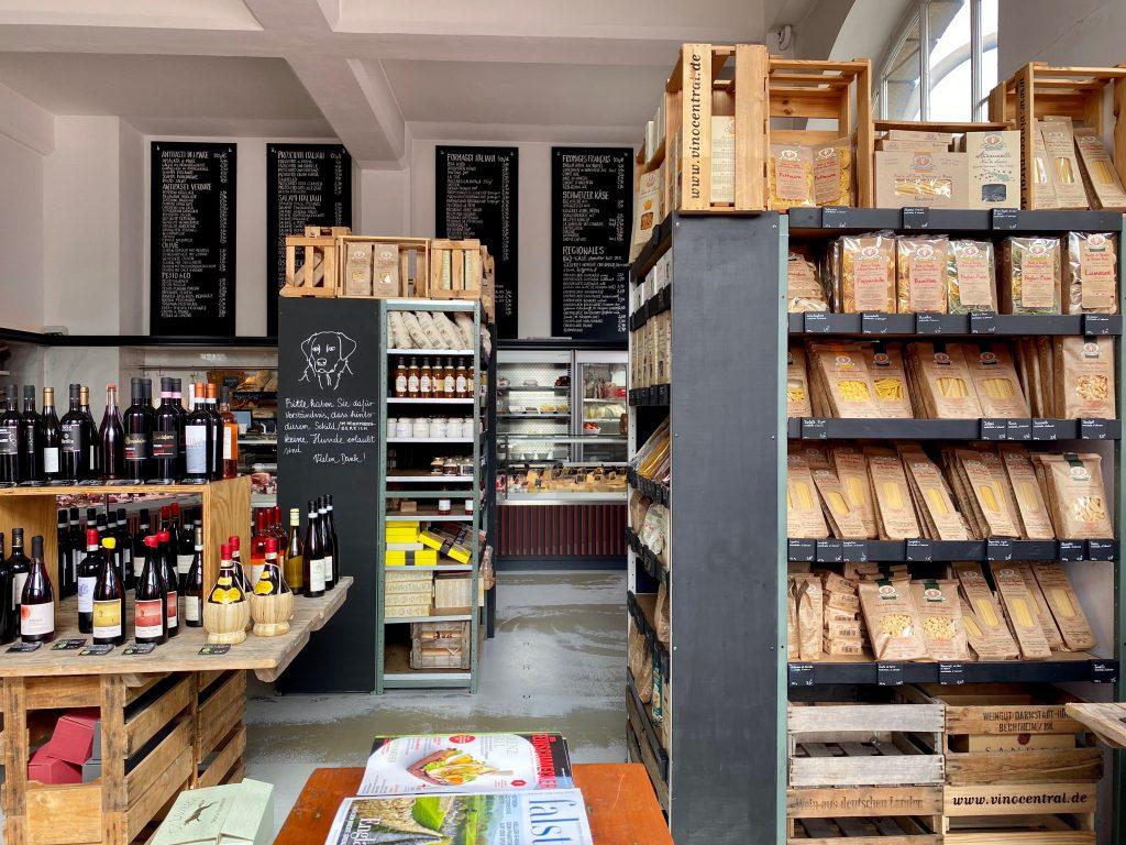 Der Wein- und Feinkosthandel vinocentral ist weiterhin für Kund/-innen da.