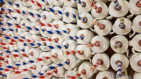 Auf einem Backblech stehen gebackene Toilettenpapier-Törtchen