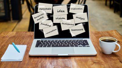Laptop mit Post-its und Notizen