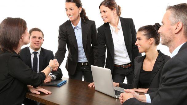 Geschäftspartner geben sich in einem Meeting die Hand.