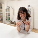Gabriele Hofmann in ihrem Kreativatelier. Sie hält eine Nähschere bereit.