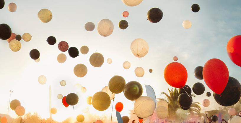 Flyer Digitaltag 2020. Zu sehen sind bunte Luftballons bei schönem Wetter.