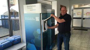 Geschäftsführer Georg Meyer demonstriert stolz die Desinfektionsmittel-Tankstelle.
