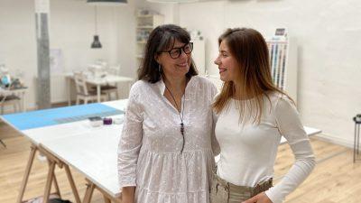 """Gabriele Hofmann und ihre Tochter Ann-Kathrin Weimer im Atelier """"Die Nähsterne""""."""