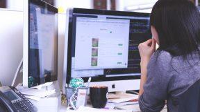 Eine Frau arbeitet von zu Hause an ihrem Schreibtisch