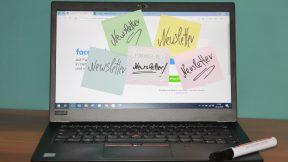 Auf einem Laptop kleben viele Klebezettel mit der Aufschrift Newsletter!