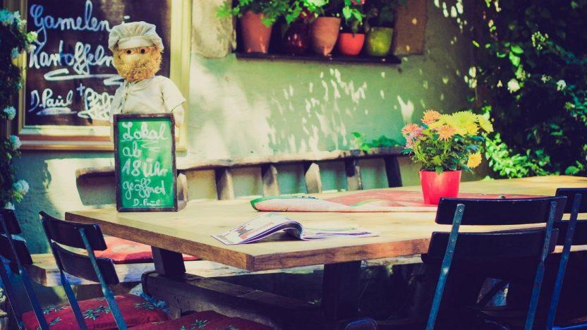 Eingang eines Restaurants: Per Tafel ist eine Menükarte aufgestellt ganz traditionell.