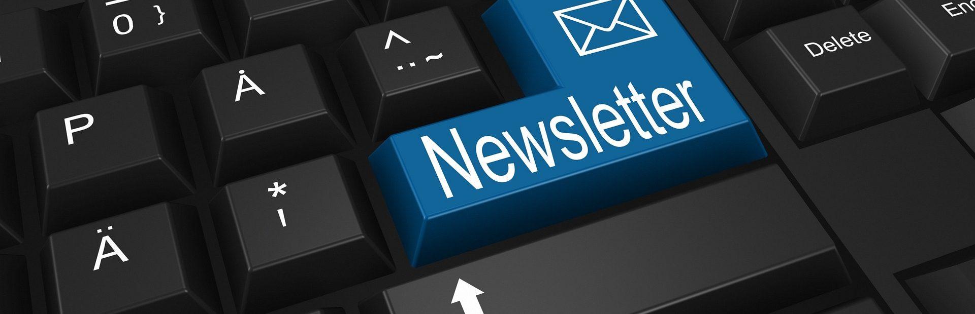 Auf dem Bild ist eine Tastatur mit einem blauen Newsletter-Knopf.