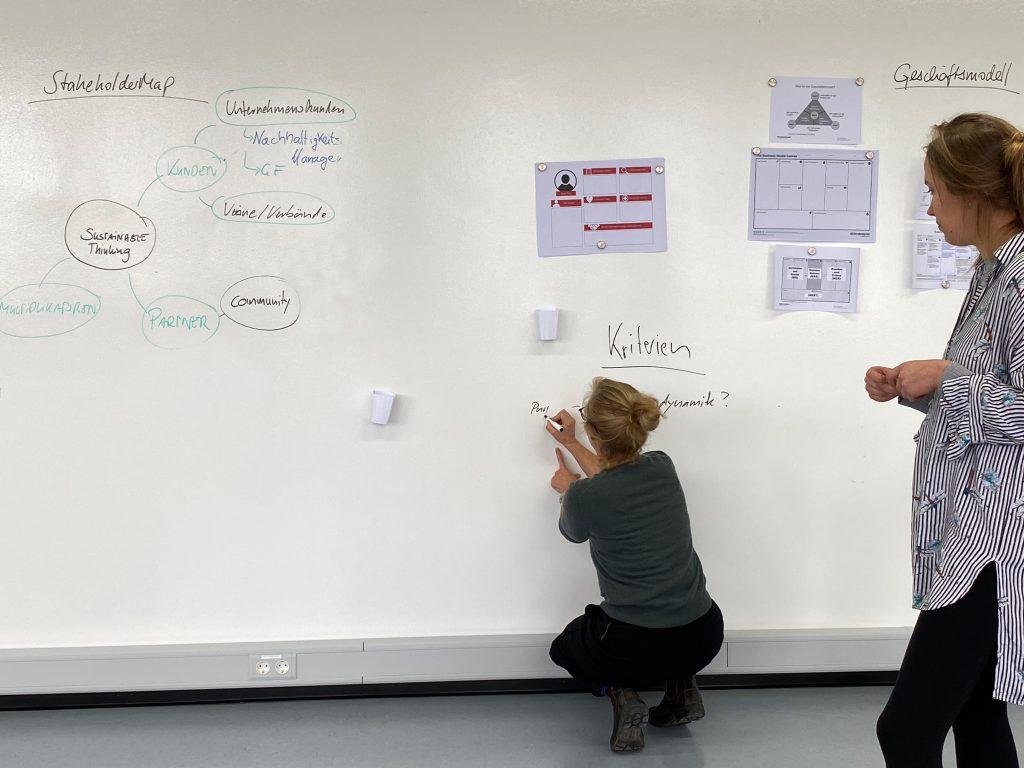 Lina Ebbinghaus schreibt ihr Gedanken an die Wand des InnovationLabs in Dieburg