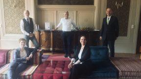 5 Menschen stehen im Bild mit Corona-Abstand. Zwei Sitzen, drei stehen. Sie sind alle Gäste auf der Internationalisierungskonferenz.