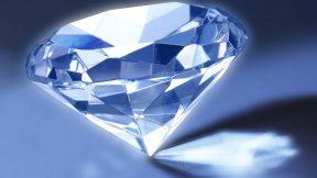 Ein blauer Diamant spiegelt sich im blauen Licht.