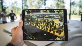 Auf dem Foto wird ein Tablet verwendet, um in die virtuelle Realität einzutauchen.