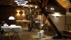 Bild vom Verkaufsraum Lichtkonzept Kurtz. Zu sehen sind Tische in verschiedenen Farben und Leuchten