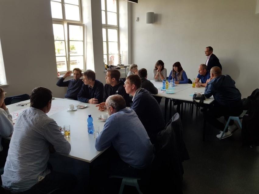 Workshop bei Borgmann: Alle sitzen an Tischen und denken gemeinsam über die Digitalisierung des Betriebes nach.