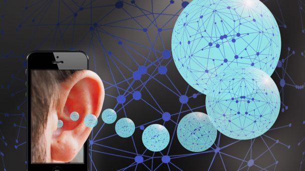 Grafische Darstellung: Ein Ohr mit virtuellen Sprechblasen soll das Zuhören im Netz symbolisieren.