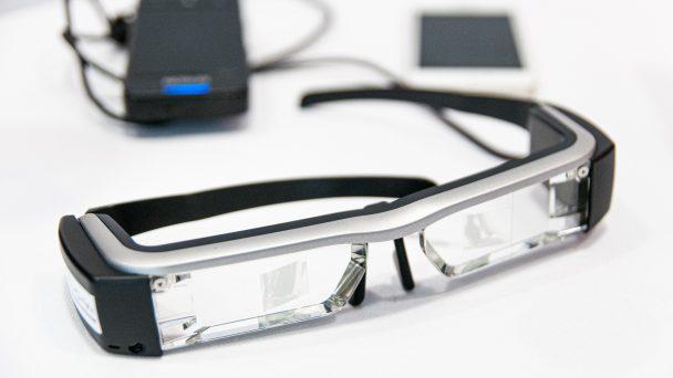 Eine Datenbrille mit Zubehör im Fokus.