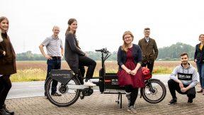 Gruppenfoto: Das Team von LieferradDA präsentiert das Lieferrad.