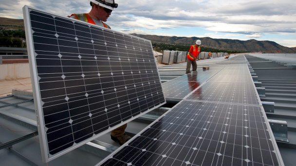 Solar Panels werden von Mitarbeitenden einer Firma installiert