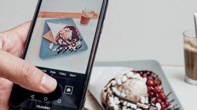 Ein Smartphone fotografiert eine frische Waffel.