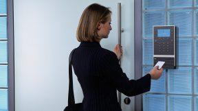 """Eine Frau meldet sich gerade per digitale Zeiterfassung an einer """"digitalen Stechuhr"""" an."""