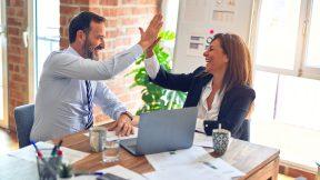 Kooperationen können helfen. Ein Mann und eine Frau klatschen sich ab.