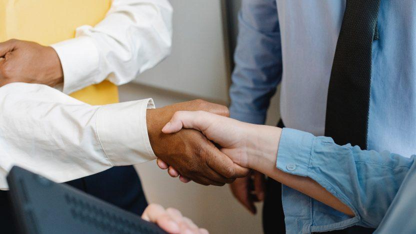 Zwei Personen schütteln sich die Hand.
