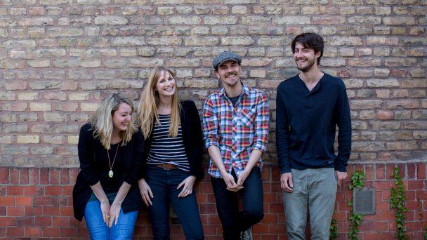 Das Team von reflecta steht vor einer Backsteinwand.