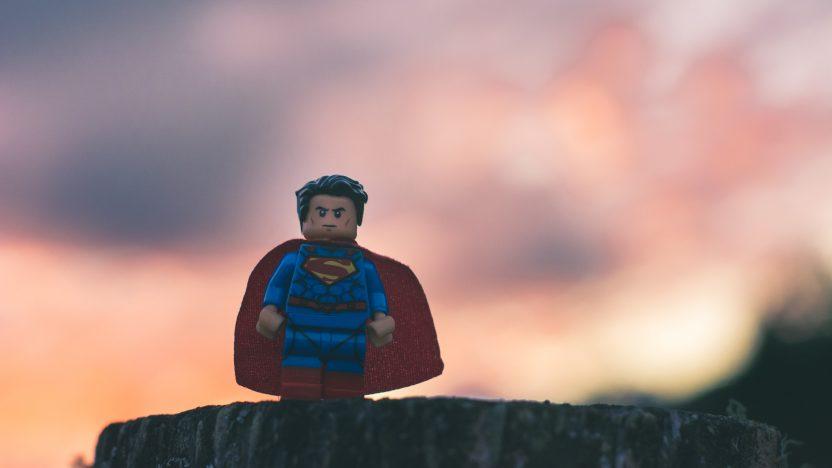Lege-Superman Figur als Sinnbild für die Heldenreise