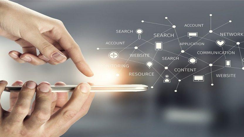 Ein Transparentes Bild: Auf ein Mobiltelefon wird mit einem Finger gezeigt, welche Möglichkeiten es in der Kommunikationsstrategie geben kann.