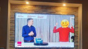 Ein Screenshot der Show Kauf zu Haus zeigt die beiden Moderatoren. Harry Hegenbarth hat einen Smiley als Kopf.