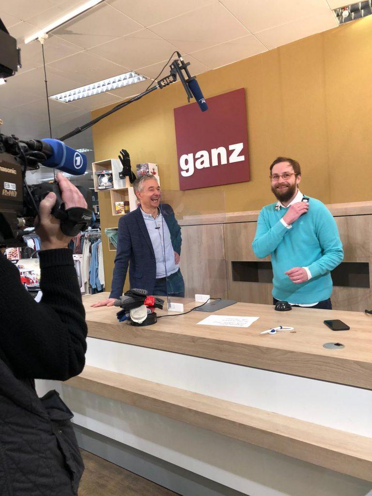 """Am Set: Harry moderiert gemeinsam mit Felix Gaudo die Show """"Kauf zu Haus""""."""