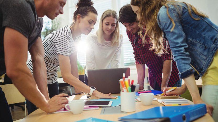 Kommunikaitionsstrategie: Junge Frauen und Männer diskutieren.