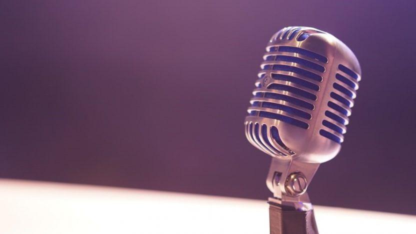 Ein Mikrofon stellt die Relevanz des Podcasts dar