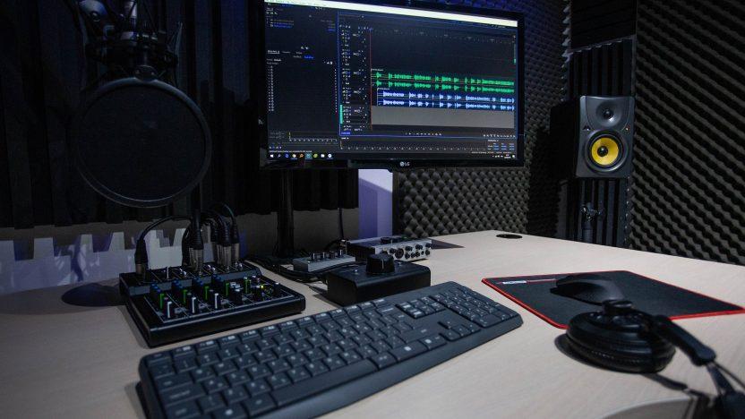 Podcast-Studio mit Mischpult und Aufnahmesoftware am Computer